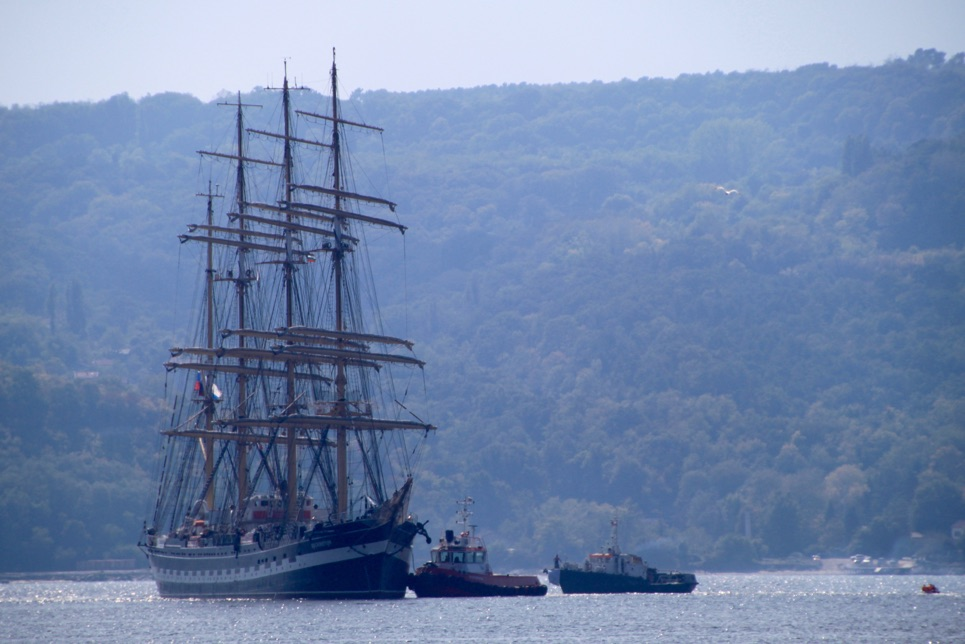 Kruzenshtern enters Varna, with a little help from her friends
